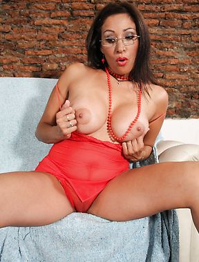 Bigtitted mature cougar in glasses