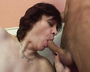 Hairy mature mom reaches orgasm during sex with her man