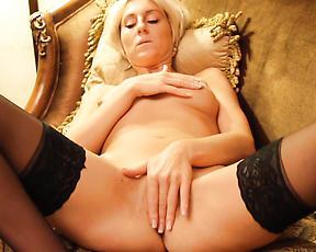 Blonde mom loves posing for the cam when masturbating