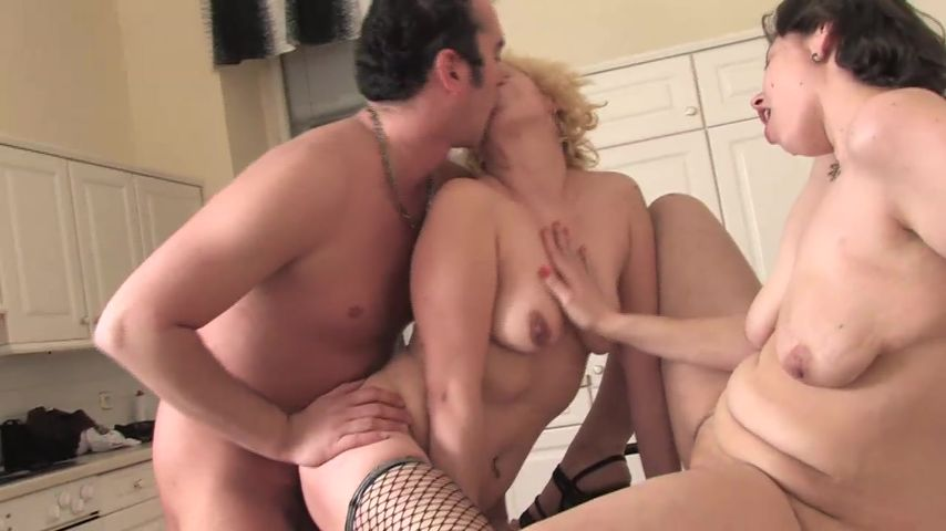 HOt threesome sex for a mature and her slutty daughter