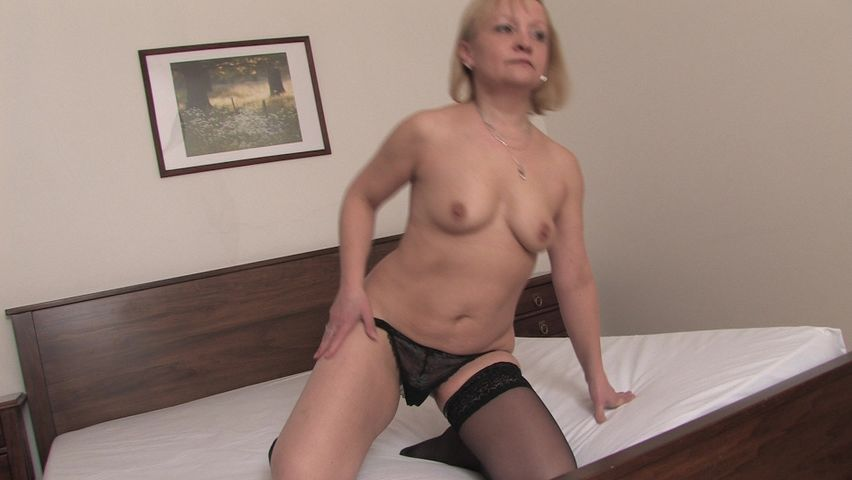Blonde mature finger fucks her pussy like a charm in kinky solo
