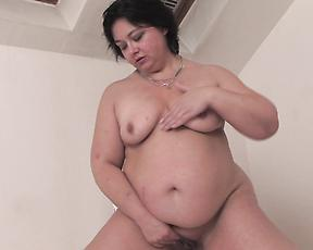 Fat ass mature finger fucks in raw solo home action