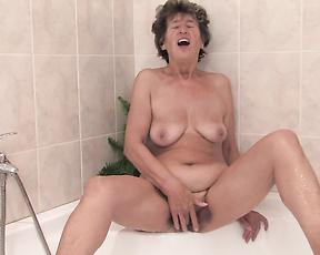 Granny reaches the orgasm in the shower