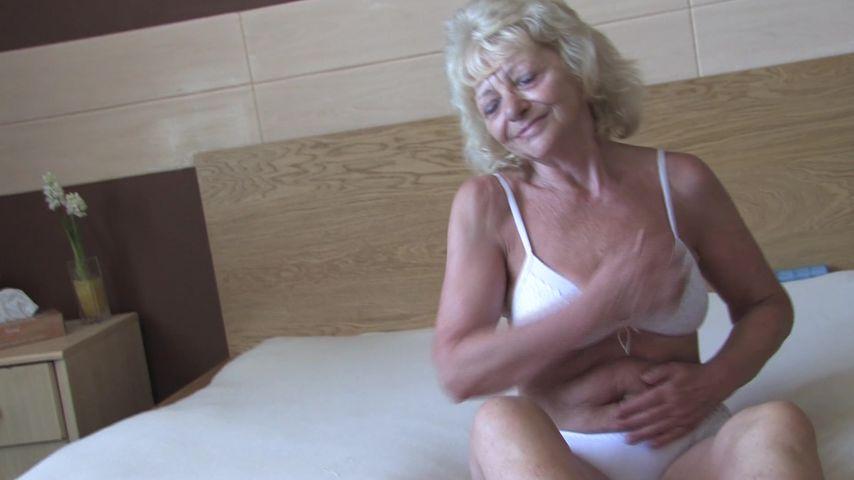 Solo masturbation at home with a slutty granny in heats