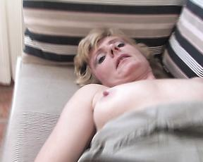 Sexy granny shows off when deep fingering her furry cunt q