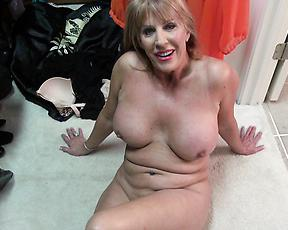 Premium mature enjoys pure nudity on the floor