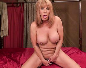Naked mature reaches orgasm during rough pussy masturbation