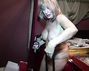 Horny mature lady goes wild in solo cam play