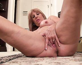 Mature fingers the pussy and ass in kinky solo XXX