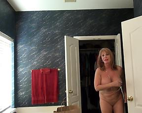 Pee fetish with a nude mature during a home video
