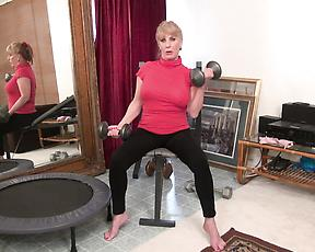 Sporty mature strips naked and shakes toys down her cunt