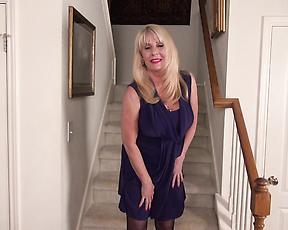 Mature in black stockings fucks her pussy with the fingers