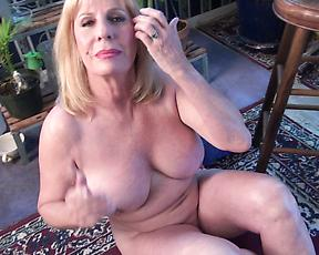 Sexy mature takes off her clothes to play with the pussy