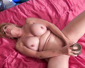 Older lady Phoenix Skye play with huge dildo