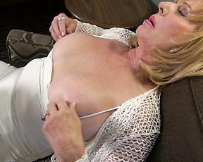 Mature lady masturbation