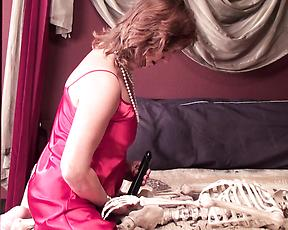 Mature lady shares kinky fetish solo on cam