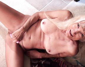 Mature blonde rubs pussy with toys when flashing naked on cam